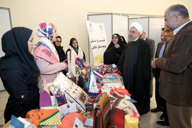 بازدید دکتر روحانی از غرفه جهاددانشگاهی در نمایشگاه توانمندی و دستاوردهای زنان کشور