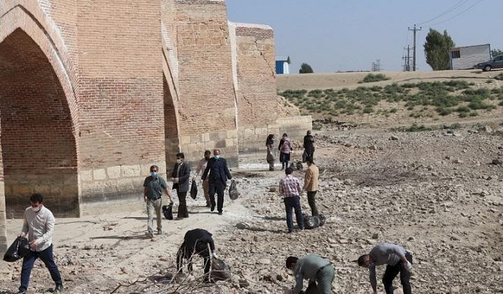 پاک سازی محوطه پل تاریخی میرزا رسول در میاندو آب
